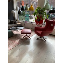 DESIGN ON STOCK FAUTEUIL NOSTO + POEF + HOOFDKUSSEN SHOWROOM